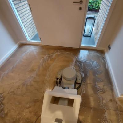 Reinigung eines 15 Jahre alten Sandstein mit anschließender Imprägnierung auf Wasserbasis. Pflegeprodukt für die regelmäßige Reinigung an den Kunden übergeben