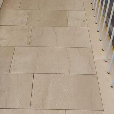Natursteinboden in mehreren Schritten geschliffen und poliert mit anschließender Kristallisation